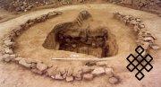 Рис.4. Стена и раскопанная могила с остатками сруба