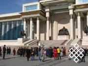 У здания Хурала в Улан-Баторе. Фото Юрия Попкова