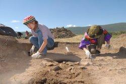 Больше всего археологов удивил чрезвычайно тонкий культурный слой городища. Несколько женских украшений и кузнечных заготовок - вот и все, что потеряли жители этого города за много лет. Кроме того, в окрестностях было обнаружено всего одно захоронение, а на территории крепости их вообще нет