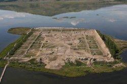 На юго-востоке республики Тыва, высоко в горах, на острове посреди озера Тере-Холь находятся развалины древней уйгурской крепости Пор-Бажин, построенной в VIII веке н.э. Она является одним из самых загадочных археологических памятников мира