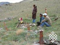 Возле детской могилы. 2006 г. п. Мугур-Аксы. Фото автора