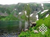 Высокогорное озеро. Прозрачная вода, нерастаявший снег, яркая зелень и красивые цветы: можно ли не восхищаться!