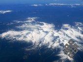 Саяны. На вершинах высоких гор пейзаж всегда зимний.
