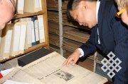 ИТАР-ТАСС подарило Шолбану Кара-оолу копии исторических документов о Туве
