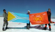 Юбилейный флаг на вершине Монгун-Тайги