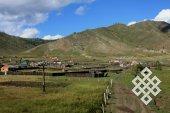 Типичные для Монголии плотные заборы вокруг стационарного жилья.