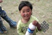 Дети Монголии: предприимчивые (юная торговка кумысом).
