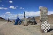 Неизменные спутники перевалов - это обо (культовые места, где поклоняются духам).