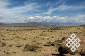 Можно проехать сотни километров, не встретив ничего, кроме камней, песка и редких кустов карагана.
