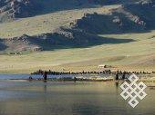 Берега озера Цаган-нуур образуют вулканические породы, из которых приезжающие сюда отдыхать местные жители любят строить причудливые миниатюрные башни.
