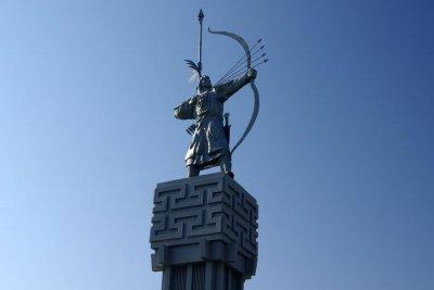 Памятник Джангару на окраине Элисты. Фото с сайта http://stepnoy-sledopyt.narod.ru