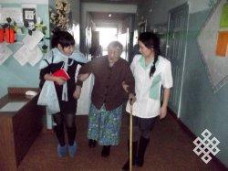 Студенты Кызылского педагогического института в Доме-интернате для престарелых и инвалидов