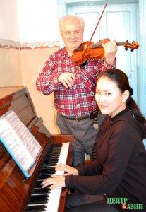 Юбилей отметил бессменный скрипач тувинского симфонического оркестра