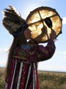Тувинская неошаманка практикует в Нью-Йорке национальные спиритические услуги