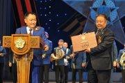 Глава Тувы Шолбан Кара-оол передал Национальному музею РТ памятную коллекцию военных наград