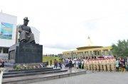 Традиция нового времени: в Туве возложили венки к памятнику Монгуша Буяна-Бадыргы